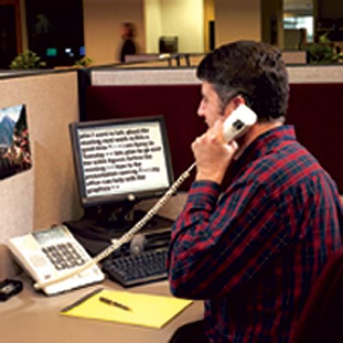 Kurčneregys telefoninį pokalbį stebi užrašytą padidintu šriftu ekrane
